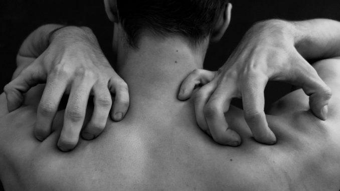 איש סובל מכאב בגב