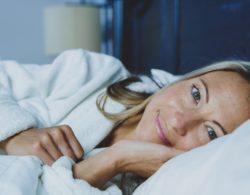 אישה נחה במיטה