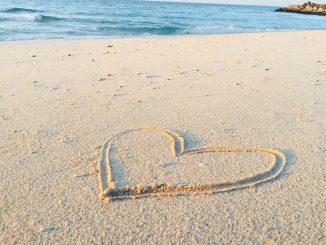 צורת לב בחול ים