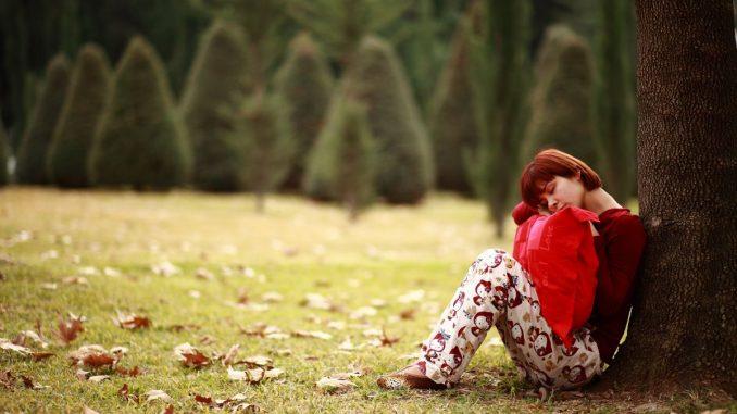 אישה ישנה בפארק