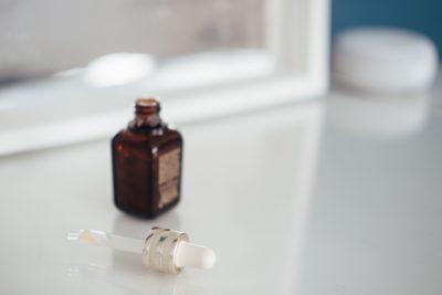 בקבוק CBD ומזלף בסמוך למראה