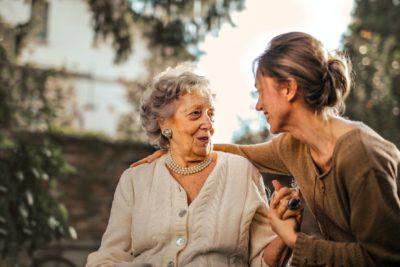 אמא ובתה מדברות בחצר